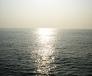 水平線に沈む夕日が反射した写真素材01
