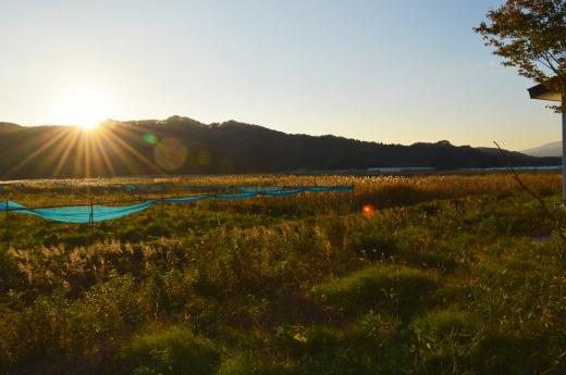山に沈む夕日の写真素材