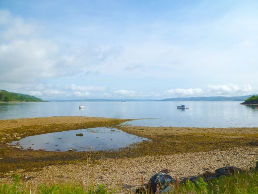 スコットランドの湖と船の写真素材