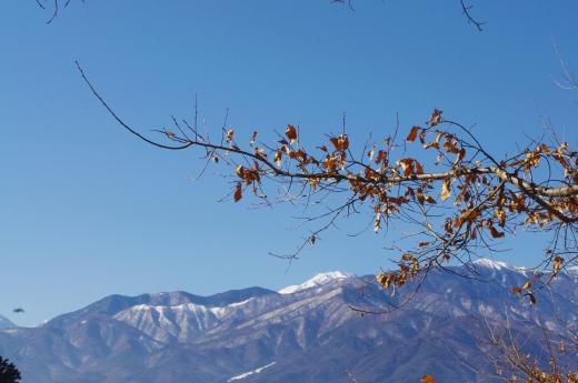 薄っすら雪の積もった山の写真素材03