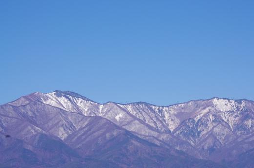薄っすら雪の積もった山の写真素材04